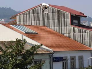 REMODELAÇÃO TELHADO CASA SENHORIAL: Casas  por OCCO