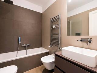 Vista del bagno in camera: Bagno in stile in stile Moderno di Archifacturing