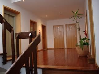 Pasillos, halls y escaleras rústicos de OCCO Rústico