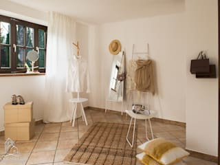 Vestidores de estilo rural por Langmayer Immobilien & Home Staging