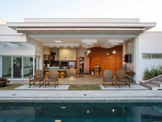 Casa Dr Italo Piscinas modernas por Misael Cardoso Arquitetura Moderno