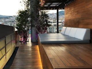 Terraza Hotel Ayre Rosellon Barcelona: Terrazas de estilo  de OutSide BCN LED Lighting