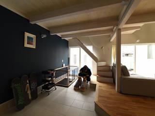 リビング土間: 加藤淳一級建築士事務所が手掛けた廊下 & 玄関です。,
