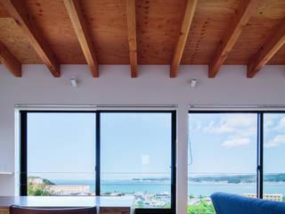 Paredes y pisos de estilo ecléctico de 一級建築士事務所シンクスタジオ Ecléctico