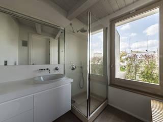 marco tassiello architetto Baños de estilo mediterráneo Madera Blanco