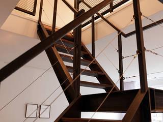 Verbouwing woning en ontwerp nieuwe stalen trap:  Gang en hal door NOV'82 Architecten, Industrieel
