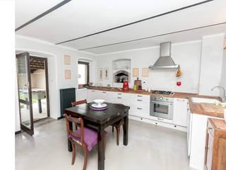 Casa di campagna Cucina in stile rustico di Cambio Stanza di mara bernardi Rustico