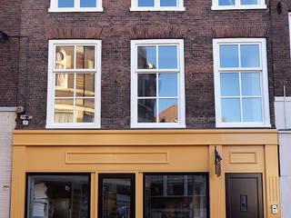Renovatie/restauratie/transformatie winkelpand tot woon-winkelpand Schiedam:  Huizen door NOV'82 Architecten, Klassiek