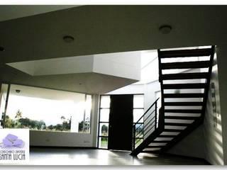 SANTA LUCIA CAMPESTRE: Pasillos y vestíbulos de estilo  por GRUPO CORTAZAR,