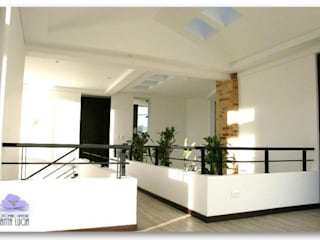 SANTA LUCIA CAMPESTRE Pasillos, vestíbulos y escaleras de estilo moderno de GRUPO CORTAZAR Moderno