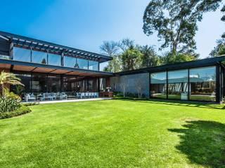 CASA A Jardines modernos de ARQUITECTUM Moderno