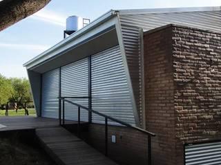 QUINCHO Y PILETA PARA PESCADORES: Piletas de estilo  por DUA Arquitectos