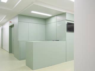 Apartamento Paredes e pisos minimalistas por A + A arquitetos Minimalista