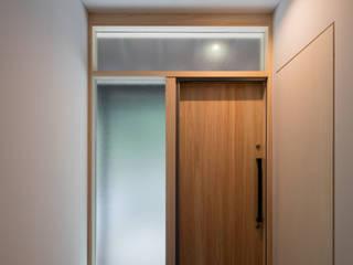 桜坂の住宅改修infukuoka: アラタデザイン 一級建築士事務所が手掛けた廊下 & 玄関です。