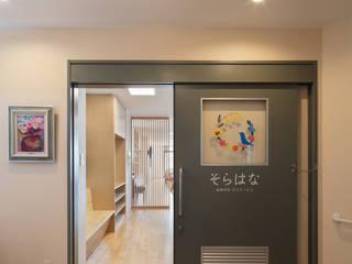 中間市のデイサービス改修inNakama: アラタデザイン 一級建築士事務所が手掛けた廊下 & 玄関です。