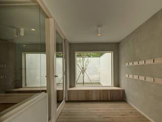 Orandajima House:  Corridor & hallway by van der Architects,