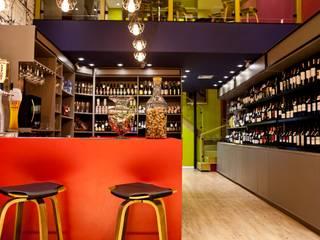 Vinheria Santa Clara: Bares e clubes  por V.ARQ - Soluções em Arquitetura Corporativa,Eclético