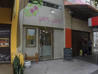 Yom Yom Espaços gastronômicos minimalistas por Novark Arquitetura e Design Minimalista