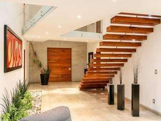 CASA REGENCY 28 Pasillos, vestíbulos y escaleras modernos de SANTIAGO PARDO ARQUITECTO Moderno