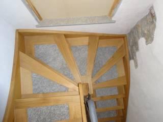 scala interna in legno e pietra: Ingresso & Corridoio in stile  di Mobili Pellerej di Pellerej Massimo