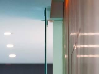 Detalle interior Corporativo Andares: Estudios y oficinas de estilo  por TaAG Arquitectura