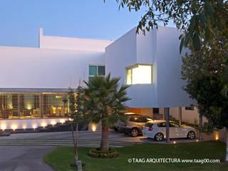 Fachada Casa ZR: Casas de estilo  por TaAG Arquitectura