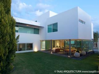 Fachada posterior Casa ZR: Casas de estilo  por TaAG Arquitectura
