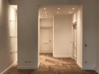 Classic style corridor, hallway and stairs by Cozzi Arch. Mauro Classic