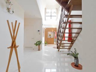 ラグジュアリーな空間を演出: 有限会社ミオ・デザインが手掛けた廊下 & 玄関です。