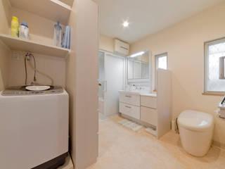 居心地のいい和風テイスト: 有限会社ミオ・デザインが手掛けた浴室です。