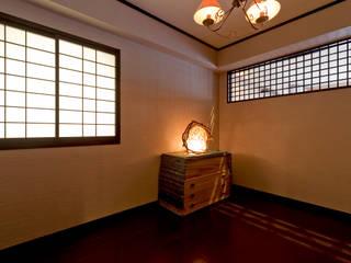 アジアンテイストな空間: 有限会社ミオ・デザインが手掛けた寝室です。