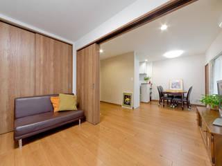Salas / recibidores de estilo  por 有限会社ミオ・デザイン