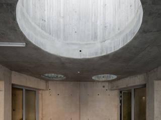 Villenanlage Hinterbrühl Moderner Flur, Diele & Treppenhaus von illichmann-architecture Modern