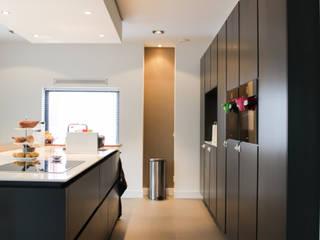 Betonlook gietvloer in moderne villa:  Kantoor- & winkelruimten door Motion Gietvloeren, Modern