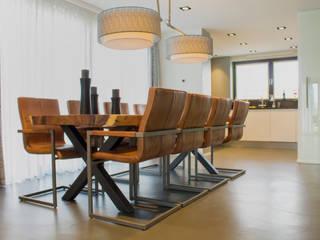 Cementgebonden gietvloer in moderne woning:  Eetkamer door Motion Gietvloeren, Modern