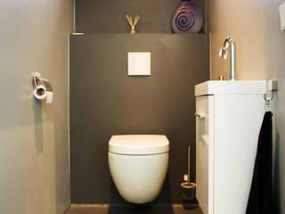 Cementgebonden gietvloer in moderne woning:  Badkamer door Motion Gietvloeren, Modern