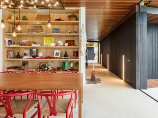 Casa BF (São Paulo): Salas de jantar  por Maneco Quinderé e associados