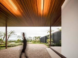 Casa BF (São Paulo): Corredores e halls de entrada  por Maneco Quinderé e associados