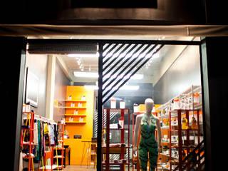 OX FIT: Lojas e imóveis comerciais  por V.ARQ - Soluções em Arquitetura Corporativa,Eclético