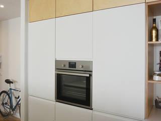 angolo cottura con cucina ikea customizzata: Cucina in stile in stile Scandinavo di studiovert