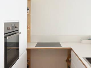 angolo cottura con cucina ikea customizzata: Cucina in stile  di studiovert