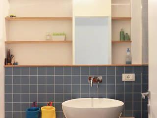 bagno di servizio: Bagno in stile in stile Scandinavo di studiovert