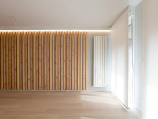 Listones de madera de pino encerada, radiador vertical, tarima maciza de roble blanqueado mate Salones de estilo escandinavo de Voilà! Escandinavo Madera maciza Multicolor