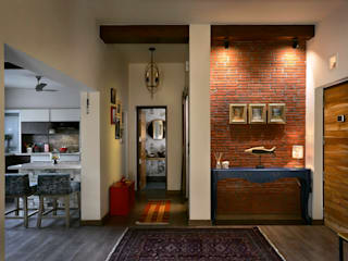 A11 Modern corridor, hallway & stairs by Saka Studio Modern