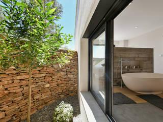 Casas de banho mediterrânicas por Atelier Jean GOUZY