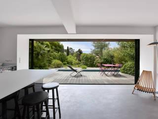 Śródziemnomorski balkon, taras i weranda od Atelier Jean GOUZY Śródziemnomorski