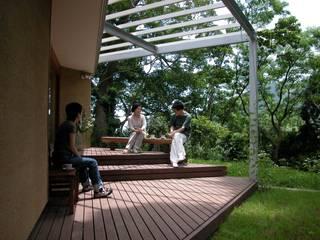 開かれたギャラリーのある森のすまい: 有限会社海谷設計事務所が手掛けた家です。