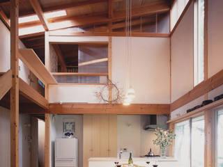 開かれたギャラリーのある森のすまい モダンデザインの リビング の 有限会社海谷設計事務所 モダン