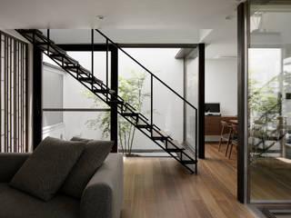 リビングと階段越しの坪庭: atelier137 ARCHITECTURAL DESIGN OFFICEが手掛けた廊下 & 玄関です。