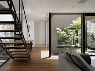 リビングと中庭: atelier137 ARCHITECTURAL DESIGN OFFICEが手掛けたリビングです。